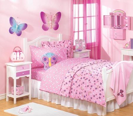 غرفة نوم أطفال باللون البينك مع رسومات على أشكال الفراشات على جدران الحائط