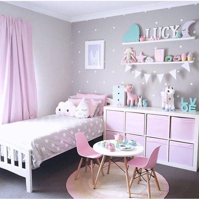 غرفة نوم بتصميم جذاب مع وجود فكرة السفرة الصغيرة داخل الغرفة مع سجادة دائرية جميلة