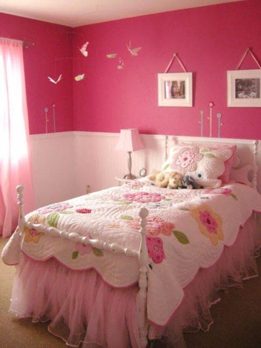 غرفة نوم بسيطة جداً وهادئة للبنات الصغيرة