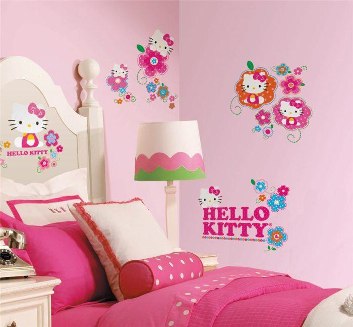 غرفة نوم بناتى برسومات كيتي مصممة على الغرفة مع نفس الرسومات على الجدران