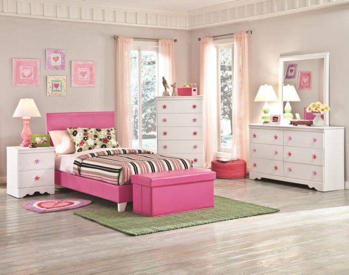 غرفة نوم للبنات بسرير باللون البنيك والكمودينو والتسريحة باللون الابيض