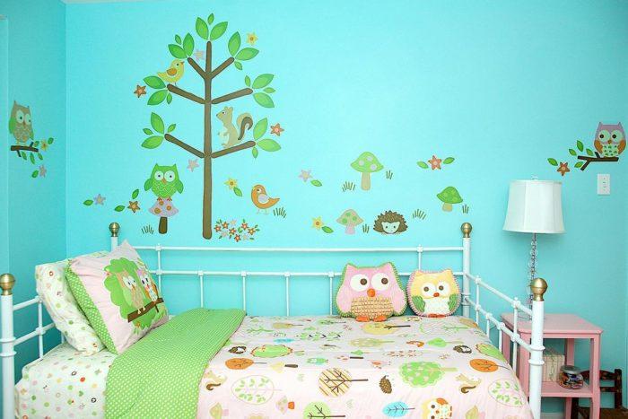غرفة نوم هادئة وبسيطة مع رسومات عصافير وأشجار تعطيها جمالاً أخر