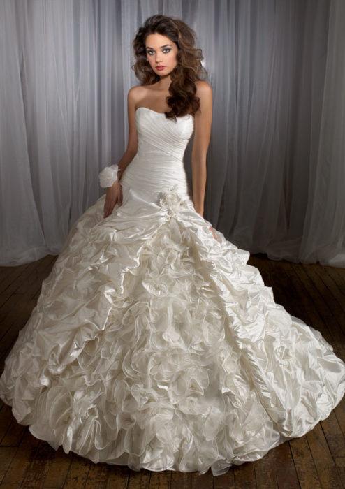 فستان زفاف جميل جداً وسيمبل