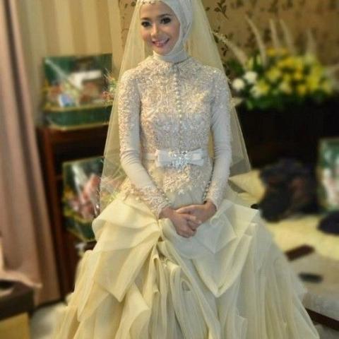 فستان حلو جداً للجسم الرفيع بفيونكة رائعة مع تطريز بالوليي مع طرحة تل متوسطة في الطول