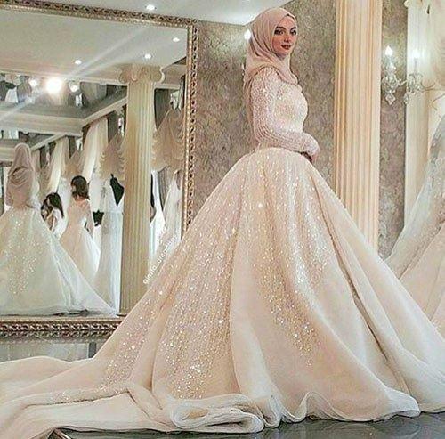 فستان زفاف أكثر من رائع ويتميز هذا الفستان بالفخامة مع ديل طويل مطرز يعطيه جمالاً فوق جماله