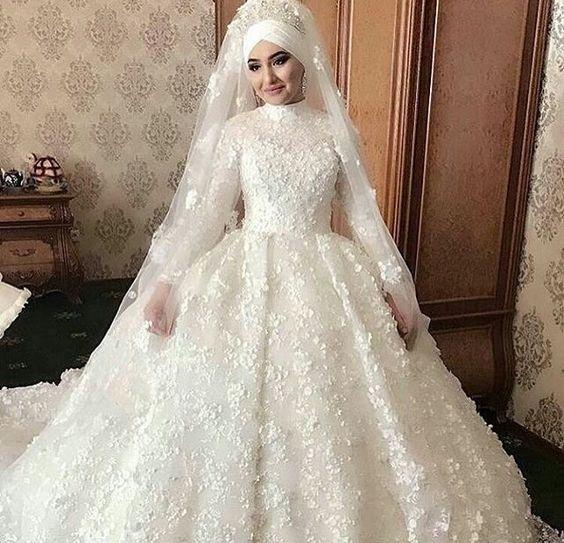 فستان زفاف بتصميم جديد بقماشة الدانتيل المطرزة برسومات ثري دي مع تاج فخم وطرحة طويلة
