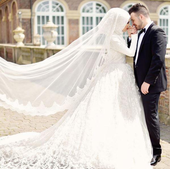 فستان محجبات رائع وجميل باللون الابيض مع طرح تل طويلة