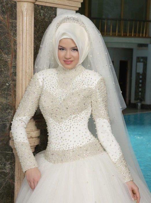 فستان مطرز بالوليي من على الصدر والوسط والكتف مع لفة حجاب تركي جميل بتاج بسيط وطرحة رقيقة جداً وطويلة