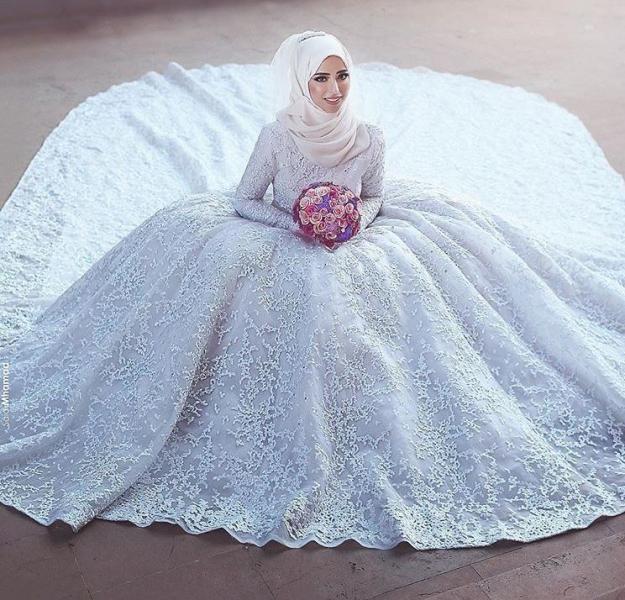 فستان مطرز بتطريز رائع مع لفة طرحة سيمبل بتاج هادئ وجميل