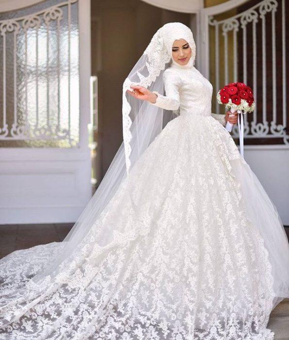 فستان منفوش مع ديل طويل بقماشة الدانتيل وطرحه طويله بتصميم جذاب وناعم بلفة حجاب تركي رائعة