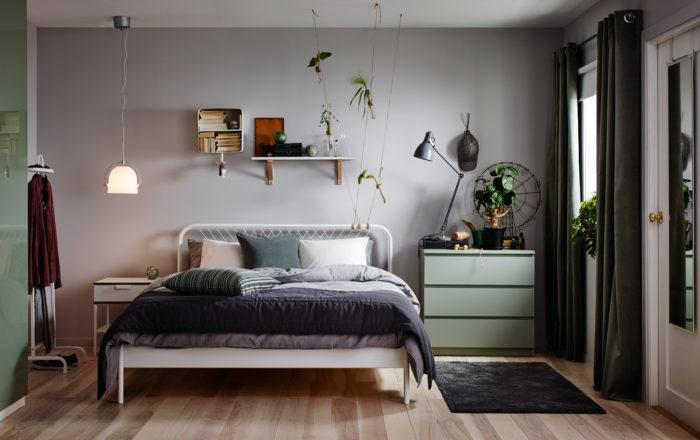 إذا كنتم من الذين يعشقون الاختلاف فديكور هذه الغرفة مناسب جداً حيث تحتوي على سرير من الاستيل الرفيع