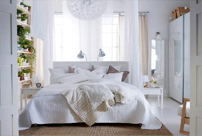 اللون الابيض يعطي شعور بالراحة والهدوء واهم يميز هذه الغرفة هو وجود هذا اللون في الديكور والاثاث والستائر