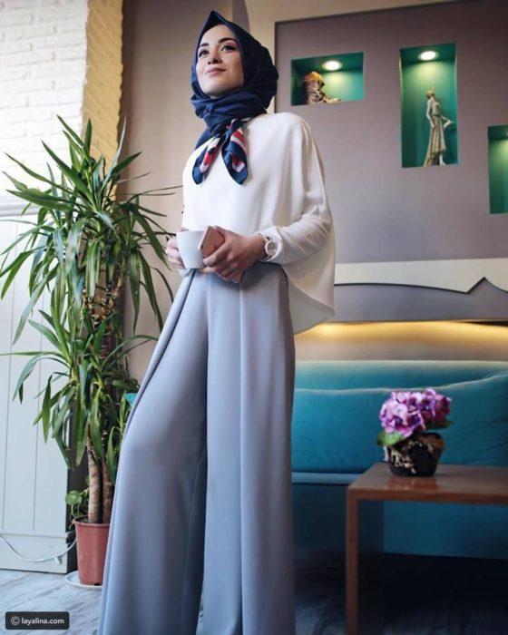 بلوزة رائعة وشيك مع بنطلون واسع باللون الرمادي مع لفة حجاب جميلة جداً