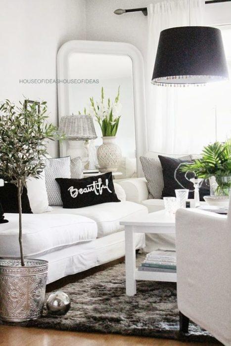 تتمتع هذه الغرفة بالبساطة وتتميز هذه الغرفة بالوانها الهادئة والرقيقة كما تحتوي على سجادة شيك جداً وفخمة
