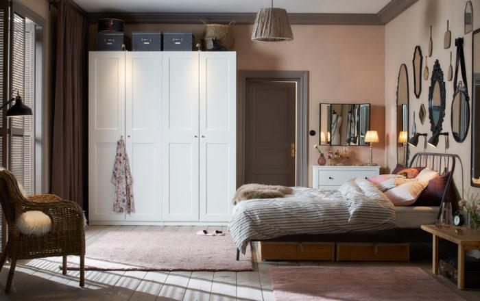 تتمتع هذه الغرفة بالبساطة وتحتوي على دولاب أبيض وكرسي بتصميم تلقيدي والمرايات تعطي منظراً جميل للغرفة