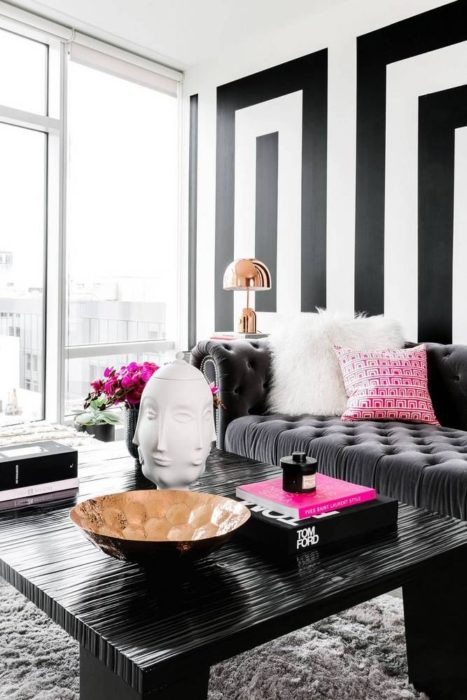 تتميز هذه الغرفة بالاناقة والفخامة وتناسب الذوق العصري الحديث مع دهان الحائط باللون الاسود مع الابيض تعطي منظر شيك وأنيق
