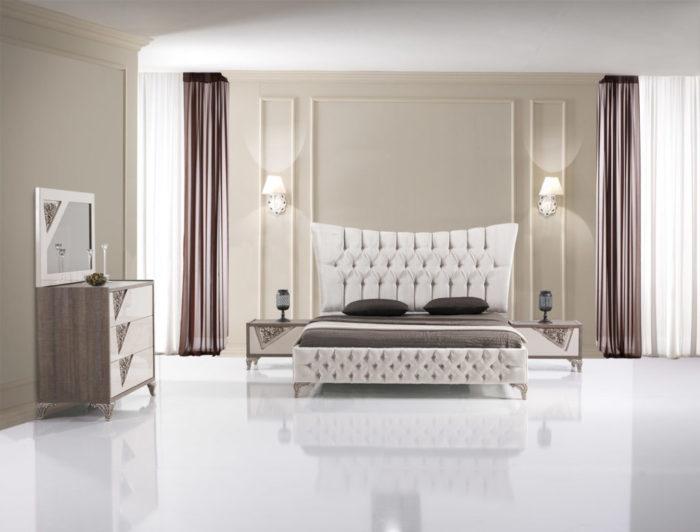 تحتوي هذه الغرفة على لمسات عصرية بسيطة حيث تحتوي على سرير تنجيد مع2 كمودينو وأضاءة الاسبوتات تعطيها منظر روعة