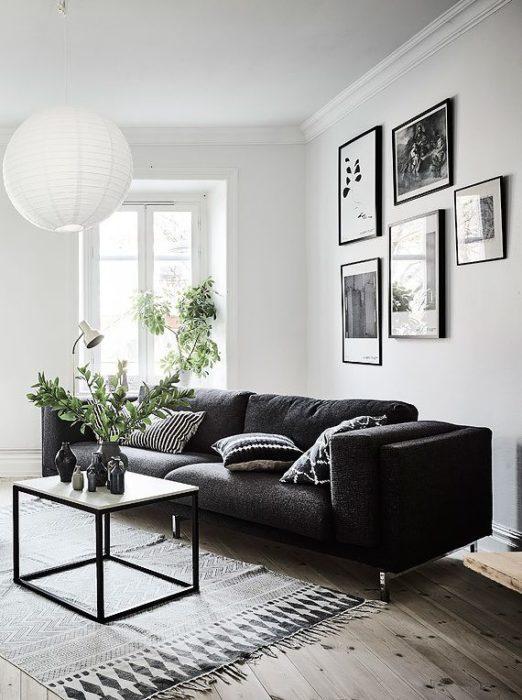 تصميم جديد وعصري يناسب الاذواق المتعددة تحتوي هذه الغرفة علي أريكة بتصميم قمة فى الشياكة مع طاولة صغيرة مربعة تعطي مظر جميلاً