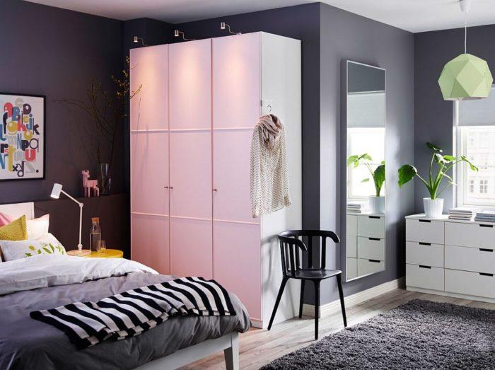 تصميم شيك جداً وجديد ودهان الحائط باللون الرمادي الهادئ وتحتوي الغرفة على دولاب وسرير باللون الابيض