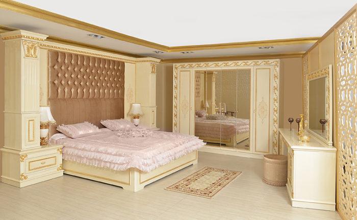 ديكور وتصميم هذه الغرفة بأكملها جاذبة للانتباه حيث تحتوي على سرير بخلفية مننجدة مع دولاب بتصميم المرايات
