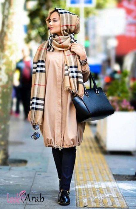شيميز باللون البيج مع بنطلون قماش كحلى مع شنطة وحذاء باللون الاسود مع لفة حجاب عصرية جديدة