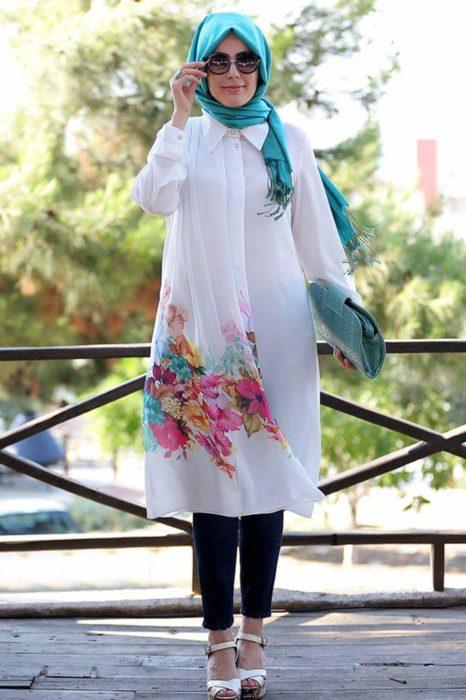 شيميز طويل باللون الابيض مزين بالورد مع لفة حجاب شيك جداً مع بنطلون كحلي وصندل أبيض روعة