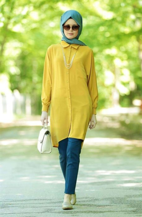 شيميز طويل باللون الاصفر الجرئ مع بنطلون قماش باللون الازرق مع لفة حجاب بسيطة