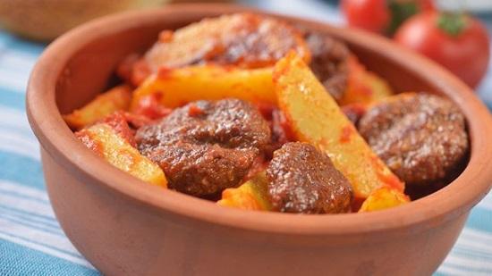 طريقة عمل طاجن البطاطس باللحم وبالفراخ وبالسجق