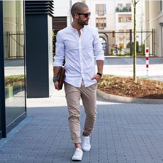 طقم أخر شياكة يتكون من قميص باللون الابيض مع بنطلون باللون البيج وكوتش أبيض رائع