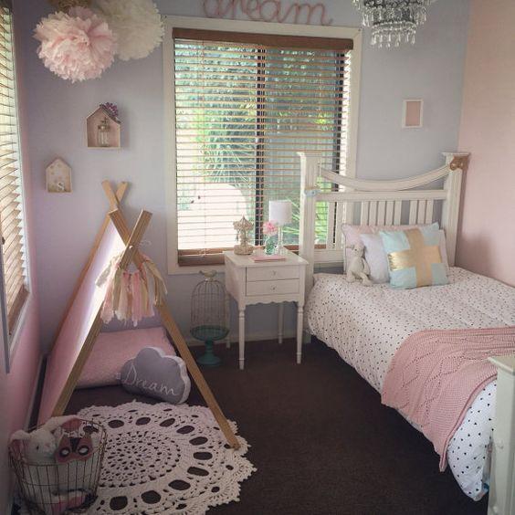 غرفةنوم تتكون من سرير وكمودينوم بتصميم جميل باللون الابيض مع خيمة صغيرة جميلة جداً