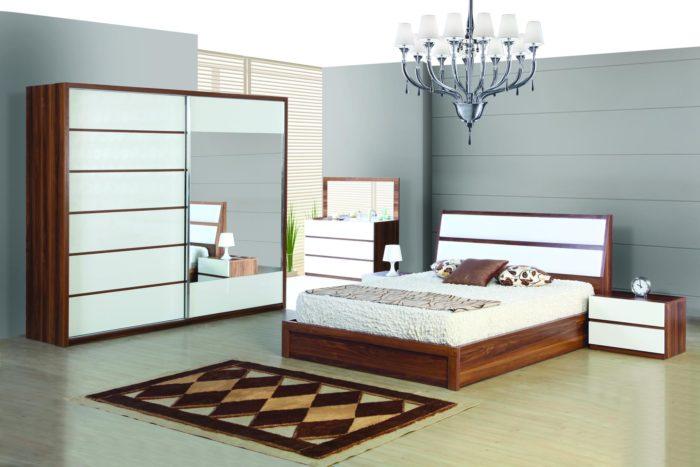 غرفة جميلة ورائعة تحتوي على سرير ودلاوب وكمودينو وتسريحة