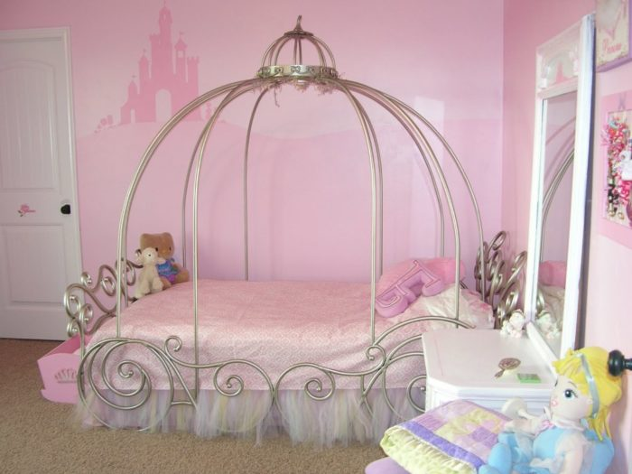 غرفة سيمبل وبسيطة مع تصميم السرير الاستيل الرفيع
