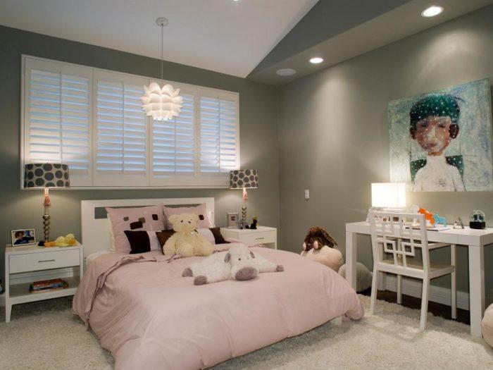 غرفة مودرن جديدة تحتوي على سرير و2 كمودينو ومكتب صغير حلو جداً