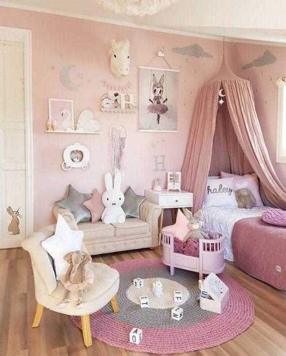 غرفة نوم بتصميم انيق مع ستارة ملكية باللون ,مع كنبة وكرسي صغير مريح للصغار