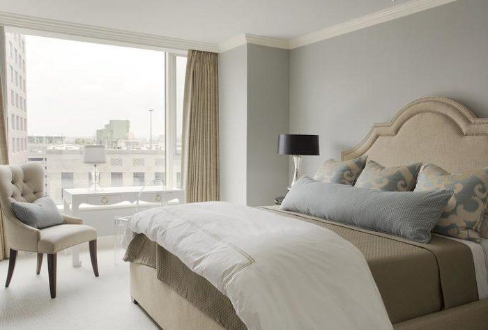 غرفة نوم بتصميم بسيط وهادئ يناسب مختلف الذواق