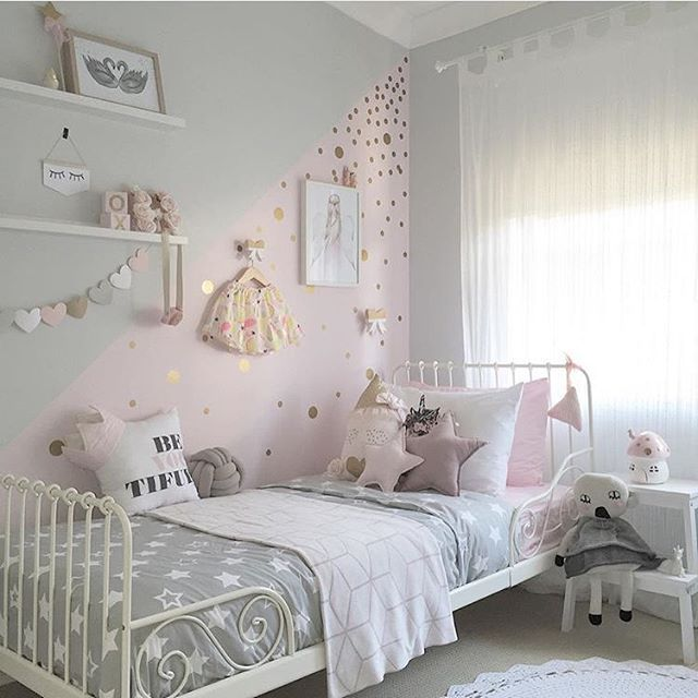 غرفة نوم بتصميم شيك مع رسومات رائعة على الحائط وسرير حديدى بتصميم حلو جداً باللون الابيض