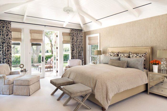 غرفة نوم بتصميم شيك وعصري جداً والستائر المنقوشة تضيف جو من البهجة والجمال