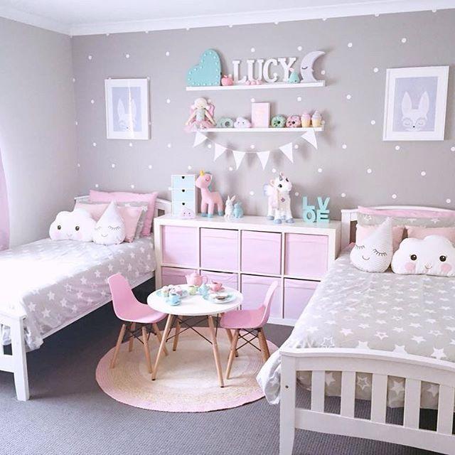 غرفة نوم بتصميم عصري جداً وشيك وتتكون من سريرين مع أرفف سيمبل و سفرة صغيرة حلوة جداً للصغار