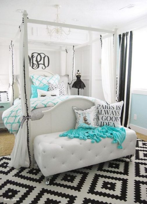 غرفة نوم بتصميم عصري رائع للبنات ومكونة من باف متنجد وسراير بعواميد طويلة