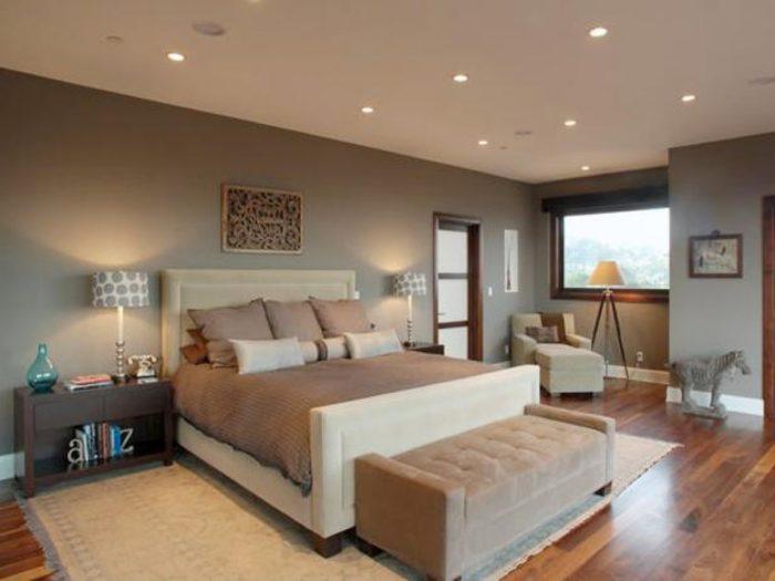 غرفة نوم بتصيم أنيق وشيك مكون من اتنين كمودينو باللون البني وسرير باللون اليج