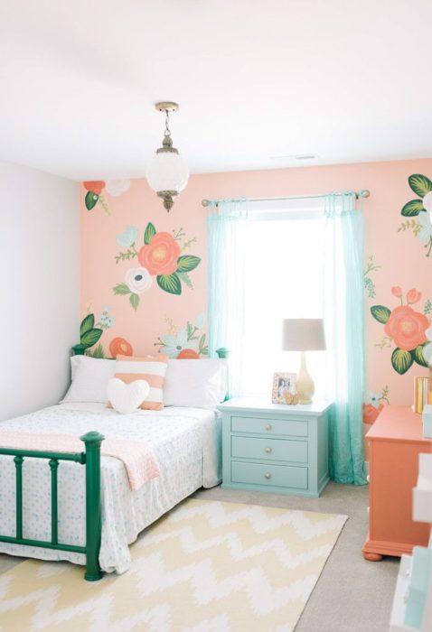 غرفة نوم برسومات مبهجة مع تصميم سيمبل للسرير والكمودينو