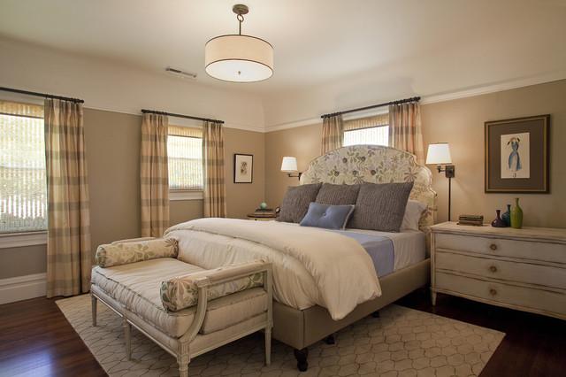غرفة نوم بسرير عليه رسومات مشجرة وباف مستطيل بتصميم رائع