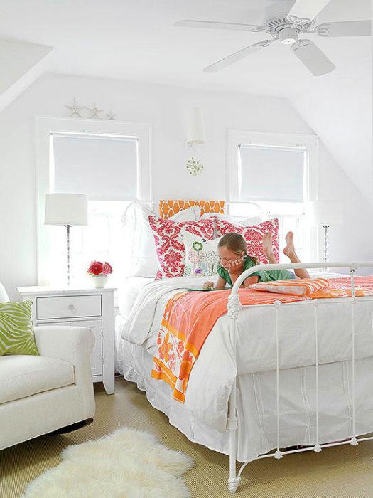 غرفة نوم بسيطة وجميلة تتكون من سرير حديد كبير وكمودينو رائع ابيض وكرسي جلوس مريح للاطفال
