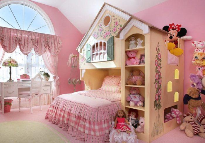 غرفة نوم بناتي بلمسة عصرية جديدة , فقد تم تصميم الغرفة على شكل منزل رائع مع ستائر منقوشة نقوشات بسيطة