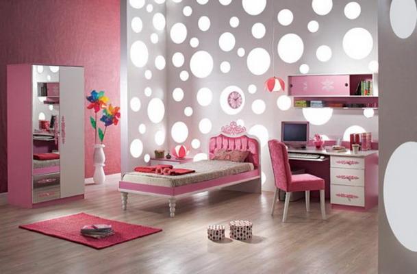 غرفة نوم بناتي تتكون من سرير متنجد ودولاب ومكتب صغير باللون الابيض والبينك