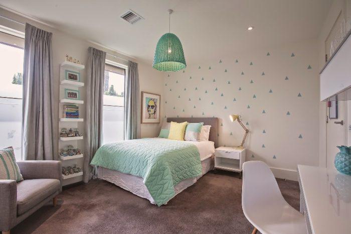 غرفة نوم بناتي حلوة جداً وتتكون من سرير وكمودينو بتصميم عصري جديد
