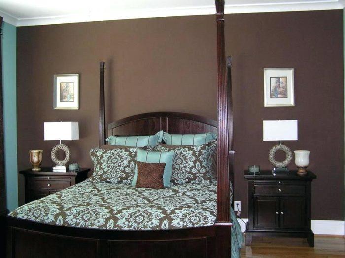 غرفة نوم بنية اللون يتكون من سرير بعواميد مع 2 كمودينو حلو جداً