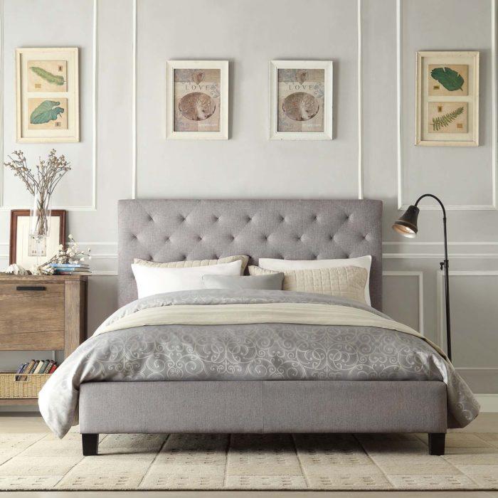 غرفة نوم تحتوي على سرير بلمسة ديكورية عصرية