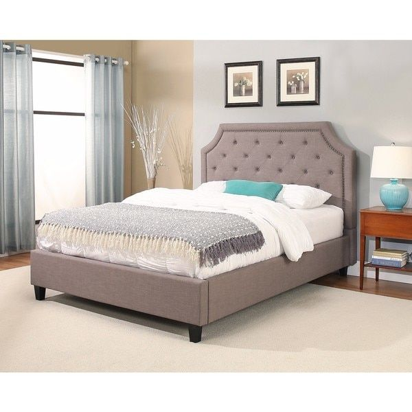 غرفة نوم جميلة جداً تحتوي على سرير كافيه مع ستارة شفافة هادئة وجميلة