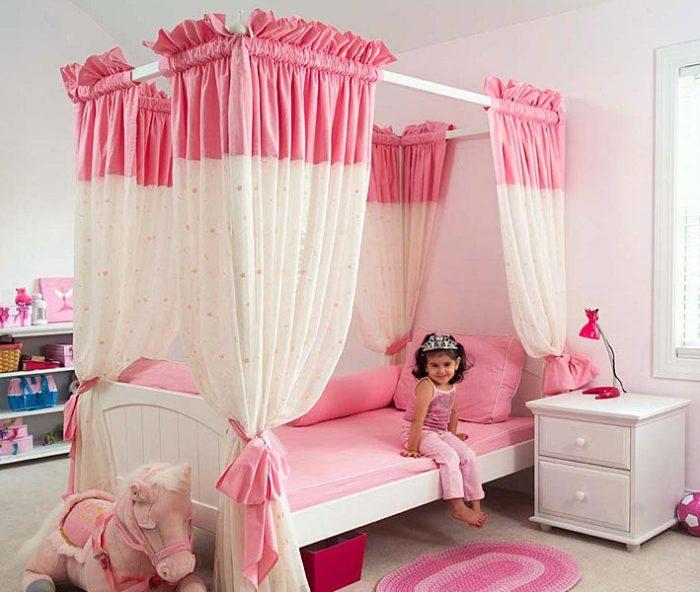 غرفة نوم حلوة جداً للبنوتات تتكون من سرير مغطاة بالستائر مع كمودينو ابيض صغير